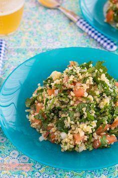 Si os gustan las recetas de ensaladas exóticas, no os perdáis esta receta paso a paso: hacemos tabulé, una ensalada árabe sabrosa y diferene. Descúbrela.