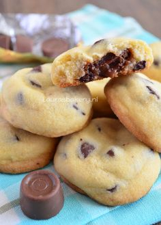 Rolo Chocolate Chip Cookies  Ingredients  (25 pieces) - 225 grams of butter - 150 grams of white sugar - 8 ounces vanilla sugar - 1 egg yolk - 280 grams of flour - Pinch of salt - 75 grams small chocolate chips (pure) - 25 rolo's (there are 10 in a roll)  Beat butter, sugar, vanilla sugar creamy. Add the egg yolk and mix through. Add fl