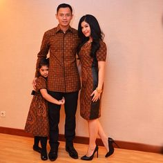 ------------------------------------------ Agus, please protect the harmony of your small family. Photo by Anung Anindito. Taken by aniyudhoyono on Saturday January 2014 Batik Blazer, Blouse Batik, Batik Dress, Kebaya Dress, Batik Kebaya, Blouse Dress, Batik Fashion, Ethnic Fashion, Women's Fashion