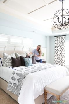 Gorgeous ideas for decorating a spring master bedroom. Fresh and pretty new bedd… - All About Decoration Bedroom Design On A Budget, Simple Bedroom Decor, Home Decor Bedroom, Bedroom Ideas, Bedroom Images, Bedroom Furniture, Modern Master Bedroom, Farmhouse Master Bedroom, Modern Bedroom Design