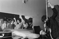 Dave Davies rehearsing in The Kinks' dressing room, September 1964 Rock And Roll Bands, Rock N Roll, Sound Of Music, Music Love, Mr Tambourine Man, Waterloo Sunset, Dave Davies, The Kinks, Acid House