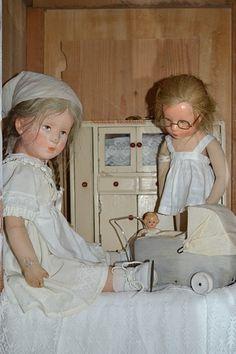 """**Oude Käthe Kruse poppen met een nieuw wagentje van hout"""""""