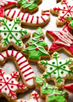 An icing for biscuits that sets hard with a glossy sheen that gives it an extra special look! Use for any biscuits - Christmas cookies, sugar cookies, etc! Christmas Cookie Icing, Christmas Biscuits, Christmas Deserts, Noel Christmas, Christmas Baking, Xmas Cookies, Christmas Recipes, Christmas Decorations, Christmas Foods