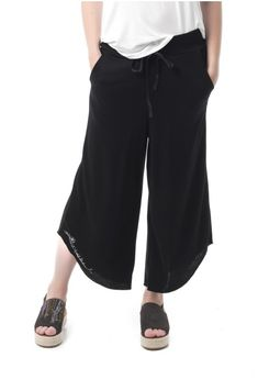 Pantalón realizado en punto roma negro de bajos con corte camisero. Cintas de grogren en la cintura y pequeño bordado en el bajo. Once Upon A Time, Harem Pants, Spring Summer, Fashion, Bass Guitars, Pants, Black, Needlepoint, Moda