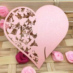 Bordkort til glas i hjerteform med sommerfugle mønster til dit festbord til bryllup, fødselsdag og barnedåb.