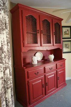 Painted furniture – Red china hutch with glaze an chicken wire. Meubles peints – Bahut en porcelaine rouge avec glaçure un grillage. Refurbished Furniture, Paint Furniture, Repurposed Furniture, Furniture Projects, Furniture Making, Home Furniture, Red Painted Furniture, Hutch Makeover, Furniture Makeover