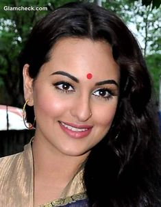 Hair & Makeup DIY: Sonakshi Sinha's Everyday Traditional Indian Look Beautiful Girl Indian, Most Beautiful Indian Actress, Beautiful Actresses, Simply Beautiful, Sonakshi Sinha Saree, Indian Look, Bollywood Photos, Hair Makeup, Makeup Hairstyle