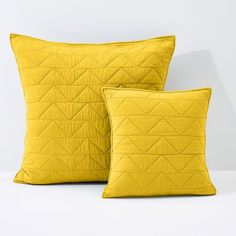 Stylish stitching and a refined finish make the quilted cushion cover and pillowcase from the ZIGZAG SCENARIO range a striking addition to the bedroom,