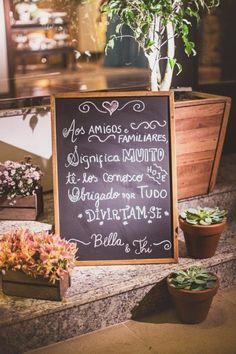A Isabella é uma das noivinhas mais lindas que já vi! E a decoração de seu casamento, produzida pela Vívian Lahr e sua equipe da MEventos, refletiu totalmente o seu romantismo e a sua predileção pelas coisas simples da vida, repletas de sentimentos lindos que unem a Bella e o Thi. Para uma noiva apaixonada …