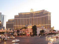 Incluso apenas empieza a caer la noche, en los casinos de Las Vegas, las luces comienzan a encenderse para darle la bienvenida a los viajero, en especial en #LasVegasStrip. Foto de Flickr, por Dougtone.