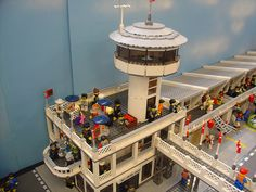 The main race control building, with administrative offices and tower. (Elvis is in the building) Lego Kits, Lego Speed Champions, Lego Craft, Custom Lego, Lightning Mcqueen, Lego Moc, Lego Creations, Layout, Bricks