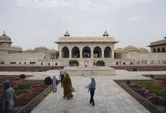 Autre ensemble important du fort rouge dû au mécénat de Shah Jahan, le diwan-i Khass, ou Khass Mahal, pavillon donnant sur le fleuve entouré par deux autres pavillons du même style surnommés bangla car empruntant certains traits à l'architecture bengalie, en particulier la toiture incurvée. Ces deux petits édifices servaient de fenêtre d'apparition pour le sultan et sa fille Jahanara.