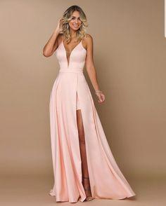 Vestido Marianna com fenda rosa Vestidos Year 10 Formal Dresses, Deb Dresses, Pretty Prom Dresses, Grad Dresses, Cute Dresses, Beautiful Dresses, Casual Dresses, Short Dresses, Bridesmaid Dresses