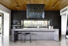 îlot en béton ciré dans cuisine noire