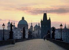 #Republique #Tcheque #Prague . Le Pont Charles est le monument emblématique de Prague. Il est orné de 75 statues et protégé par une tour à chacune de ses extrémités. On dit aujourd'hui que toucher du doigt les plaques en bronze au pied des statues porterait chance... http://vp.etr.im/4f77