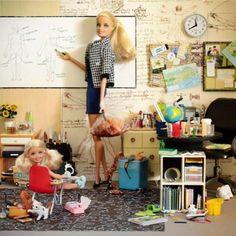 """A offrir à ses enfants: """"Barbie institutrice"""", pour découvrir les joies de la gestion de classe, les concertations entre collègues, les réunions de parents et les mains blanches de craie. ;)"""