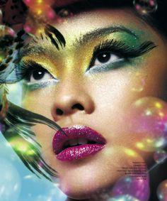 Maquiagem Artística | Artistic Makeup Fuchsia lips, green and yellow eyeshadow and huge eyelashes.