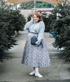 How To Wear A Midi Skirt. How to style a midi skirt. The snake skin trend is set to be huge in 2019 this grey skirt is easy to dress up or down. Plus size fashion inspiration. Plus Size Fall Outfit, Plus Size Fall Fashion, Curvy Fashion, Plus Size Outfits, Trendy Fashion, Fall Fashion Outfits, Curvy Outfits, Skirt Fashion, Fashion Trends