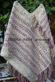 Poncho clásico cruzado tejido en telar,con lana de oveja hilada en rueca Loom Weaving, Hand Weaving, Crochet Prayer Shawls, Weaving Textiles, Knitted Poncho, Weaving Techniques, Blanket Scarf, Loom Knitting, Woven Fabric