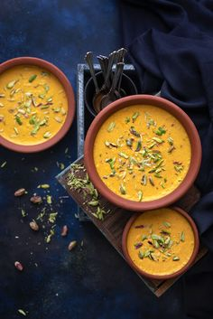 Best mango phirni recipe step by step . Aam ki phirni recipe or firni is a delicious summer dessert recipe of mango pudding flavoured with mango pulp and dry fruits. Indian mango rice pudding is an ideal meal for iftar and suhoor. Mango Desserts, Mango Recipes Indian, Indian Food Recipes, Rice Recipes For Dinner, Summer Dessert Recipes, Iftar, Indian Rice Pudding, Indian Mango Pudding Recipe, Phirni Recipe