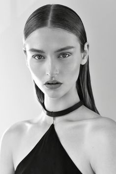 matte pale skin, frekles, rosy lips, some definition on the eyes in same color Black And White Models, Black And White Face, Black And White Portraits, Hair Photography, Photography Women, Portrait Photography, Wet Look Hair, Hair Looks, Wet Hair