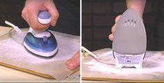 Limpia tu plancha Toma una tabla de madera para cortar, ubica sobre ella una hoja de papel para hornear y espolvoréalo abundantemente con sal. Enciende tu plancha, deja que se caliente, y luego mueve vigorosamente tu plancha sobre la sal durante un minuto.