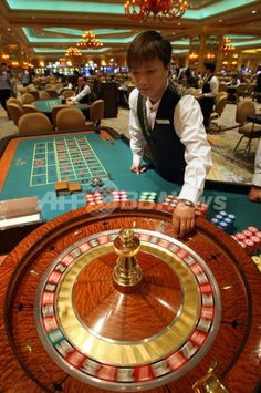 マカオ(Macau)にある「ベネチアンマカオ(Venetian Macao)」リゾートで、オープン前にルーレットを試す従業員(2007年8月28日撮影、資料写真)。(c)AFP/TED ALJIBE ▼15Mar2009AFP|台湾で進むカジノ建設計画、当面2か所に限定か http://www.afpbb.com/articles/-/2582405 #Venetian_Macao #Venetian_Macau #澳門威尼斯人度假村酒店 #澳门威尼斯人度假村酒店
