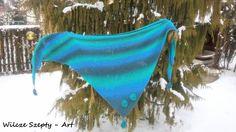 """""""Sedna* otulona"""" to duża, prosta chusta wykonana z wełny (100%) estońskiej Aade Long, kolor Aqua 8/2. Druty nr 6,5 - dzięki czemu chusta jest lejąca. Wykończenia to aplikacje muszle, wykonane na szydełku z tej samej wełny. *Sedna - Inuicka bogini morza"""