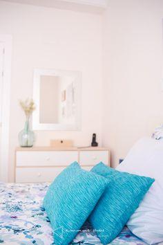 Amueblamiento y decoración en el piso de Inma - detalle cojines #amueblamiento #furnish #decoracion #decor #dormitorio #bedroom #tonosneutros #neutraltones #wood #madera #cama #bed #cojines #cushions #azul #blue