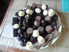 Various homemade chocolates - - Artisan Chocolate, Chocolate Molds, Chocolate Lovers, Torrone Recipe, Italian Recipes, Yummy Treats, Cake Recipes, Good Food, Brunch