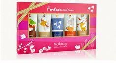 [엘리샤코이- 포츈 핸드크림 5종 / Elishacoy - Fortune hand cream 5 PCS Set] -25ml*5- 시어버터, 올리브 오일, 허브추출물 등 영양성분이 함유되어 피부 보습력을 강화시키고, 빠르게 흡수되는 밀착 제형으로 발림성과 지속력이 우수합니다. 실키한 사용감과 5가지 매혹적인 향, 운세를 담은 유니크한 제품입니다. ••• This hand cream containing the nutrients such a shea butter, olive oil and herbal extract enhances skin hydration and provides superior spreadability, quick absorption into skin and long-lasting staying power.