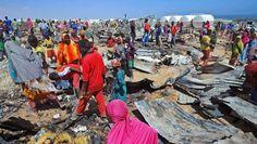 Flüchtlinge in einem ausgebrannten Flüchtlingslager in Somalia