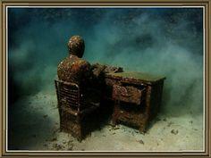 Человек сидящий за столом встретил смерть наводнения более 12 тысячь лет на зад.