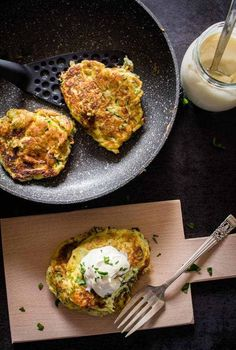zucchini patties cooked, 2 in a pan and 1 on a wooden board with dressing on top Veggie Recipes, Vegetarian Recipes, Cooking Recipes, Veggie Meals, Beef Recipes, Healthy Recipes, Savory Snacks, Healthy Snacks, Zucchini Patties