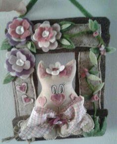 Gattina in feltro con fiori e cornice - Luisa Valent