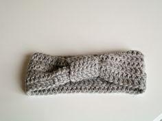 Kan I huske Anns strikkede pandebånd ? Jeg fryser let om ørene, så jeg tænkte at jeg ville gøre hende kunsten efter, men som jeg har ...