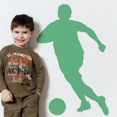 Vinilo decorativo de la silueta de un futbolista atacando. Masquevinilo.com