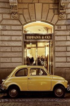 Shopping pit stop for a Fiat 500 in Rome. Turin, Fiat Cinquecento, Fiat 500c, Peugeot, Cute Cars, Small Cars, Mellow Yellow, The Places Youll Go, Old Cars