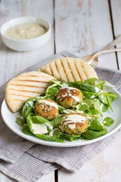 A delicious, easy homemade falafel, topped with a creamy, fragrant and completely vegan tahini dressing. This salad will definitely vamp up your lunchtime!