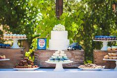 Baby shower garcon - Une table d'extérieur avec un grand gâteau blanc