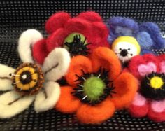 Needle Felting Flower Pattern by idas ideas by idasideas on Etsy Fabric Flower Pins, Felt Bookmark, Felt Pictures, Needle Felting Tutorials, Wool Quilts, Wet Felting, Felt Art, Felt Flowers, Felt Crafts