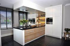 hier zie je mooi zo'n witte uiteinde van de keuken!