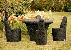 Krzesło ARCHE z lawy wulkanicznej dzięki swoim rozmiarom zajmuje mało miejsca, jednocześnie jest bardzo wygodne i stabilne. Tutaj w komplecie ze stołem Mono Table