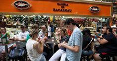 No Mercado Municipal de São Paulo, o turista encontra além de frutas, sucos e empórios com produtos raros, boas opções de restaurantes para almoçar ou sanduíches como o clássico de mortadela e o bolinho de bacalhau para petiscar