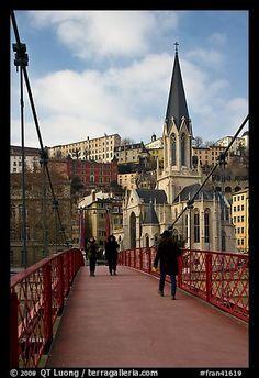 Caminar a través de la pasarela de Saint-Georges.  Lyon, Francia