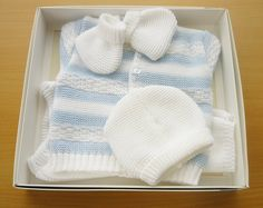 Conjunto regalo para recién nacido o para su bebé Se compone de: 1 par de pantalones, 1 chaqueta, 1 gorro y 1 par de escarpines /patucos. Material: 100% acrílico (lana LOOK) muy suave y anti-alérgico Color blanco Tamaño 0 - 3 meses Se recomienda lavar a mano pero se puede lavar también a maquina a 30´. No secar nunca en secadora.
