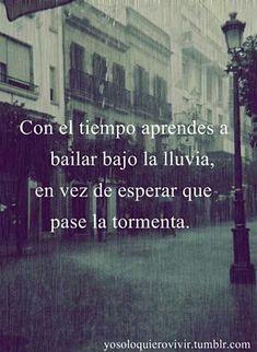 con el tiempo aprendes a bailar bajo la lluvia en vez de esperar que pase la tormenta