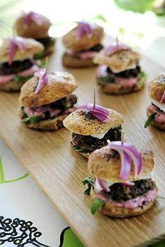 mini hamburgers with reindeer & red onion Mini Hamburgers, Onion, Sushi, Eat, Reindeer, Ethnic Recipes, Food, Google, Onions