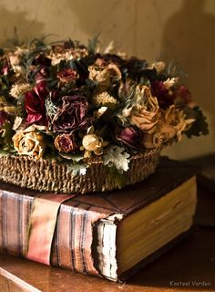 lovely basket of dried beauties. Dried Flower Arrangements, Dried Flowers, Drying Roses, Ideas Vintage, Book Letters, Blooming Rose, Romantic Homes, Rose Cottage, Potpourri