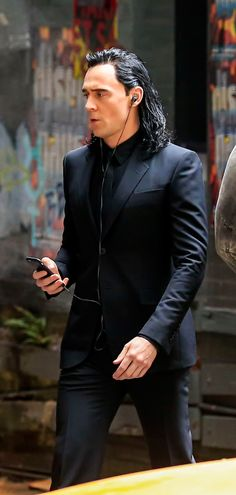 Tom Hiddleston and Chris Hemsworth on the set of Thor: Ragnarok in Brisbane, Australia on August 23, 2016. Source: Torrilla. Click here for full resolution: http://ww4.sinaimg.cn/large/6e14d388gw1f73n6xsvf7j229x1qwtwv.jpg